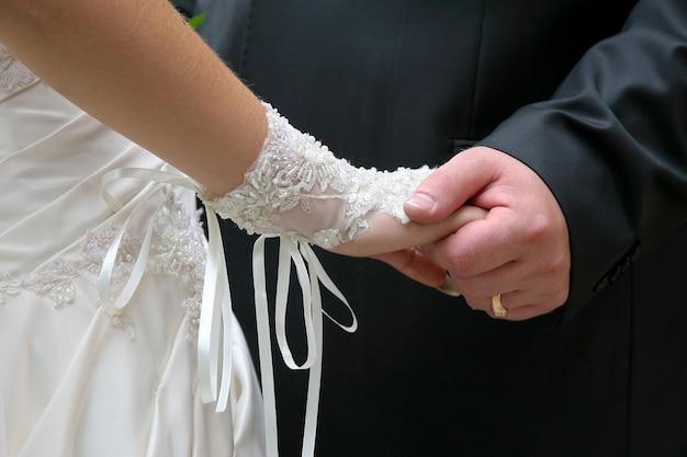 신랑 신부의 손을 가까이 보유합니다. 사랑에 빠진 부부의 관계