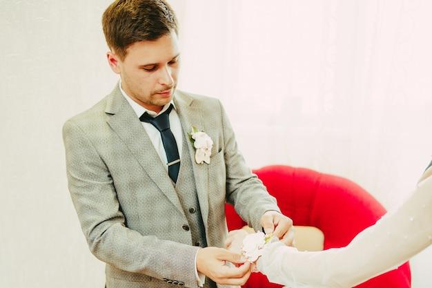 新郎は花嫁の手に花束を置きます