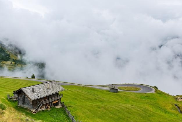 Высокогорная дорога гроссглокнер в пасмурную туманную погоду
