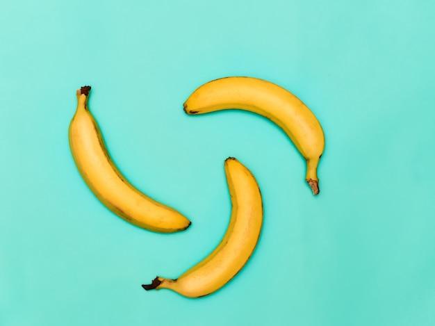 青い背景のバナナのグループ