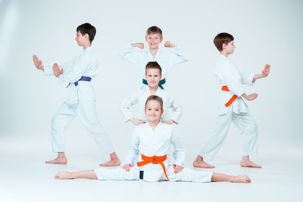 武道学校で合気道のトレーニングで戦っている男の子と女の子のグループ。健康的なライフスタイルとスポーツコンセプト
