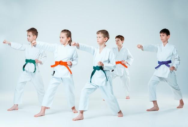 武道学校の合気道訓練で戦う少年少女のグループ。健康的なライフスタイルとスポーツのコンセプト