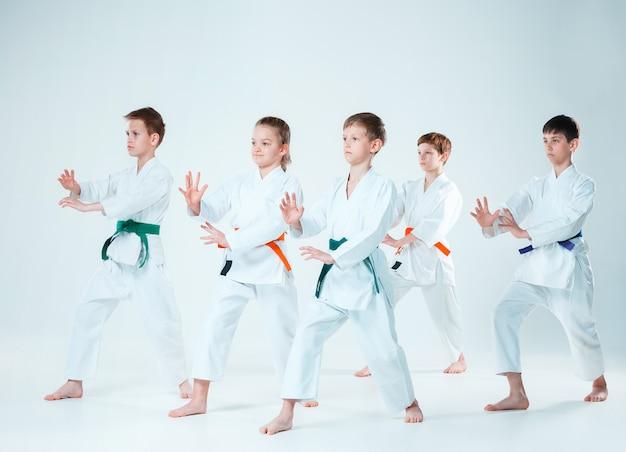 武道学校の合気道訓練で戦う少年少女のグループ。健康的なライフスタイルとスポーツコンセプト