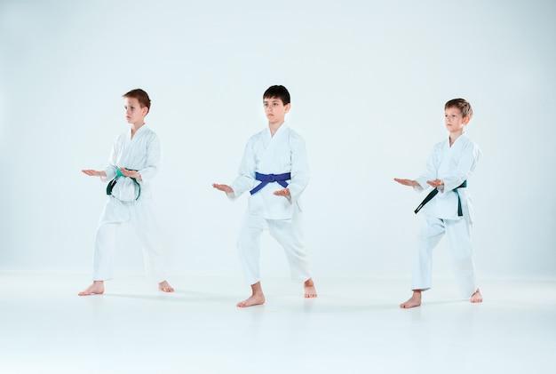 Группа парней воюет на занятиях по айкидо в школе боевых искусств. концепция здорового образа жизни и спорта