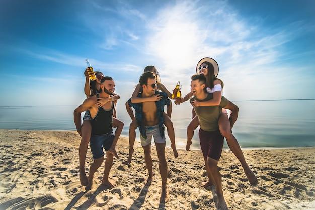 해변에서 즐거운 시간을 보내는 친구들