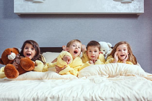 침대에서 goog 시간을 보내는 친구 그룹.