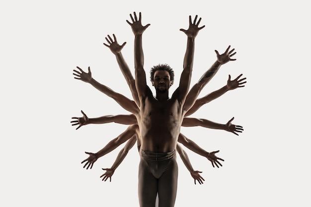현대 발레 댄서 그룹입니다. 현대미술발레. 발레 스타킹에 젊은 유연한 운동 남녀. 스튜디오 촬영에 격리 된 흰색 배경입니다. 부정적인 공간.