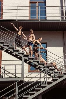 街の階段で演奏する現代のバレエダンサーのグループ