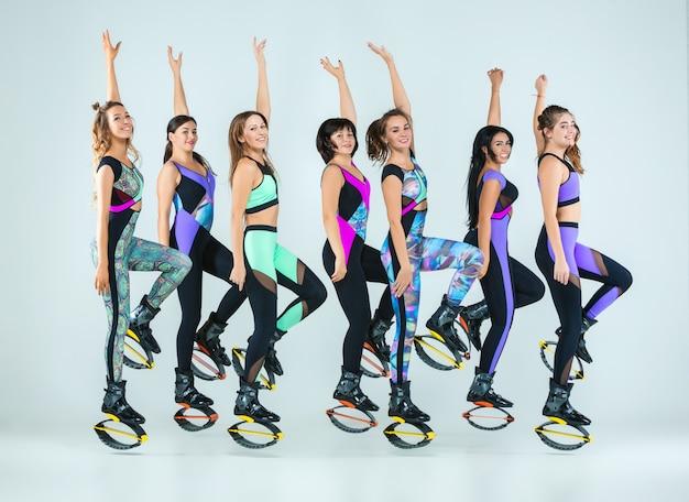 Группа женщин прыгает на тренировке