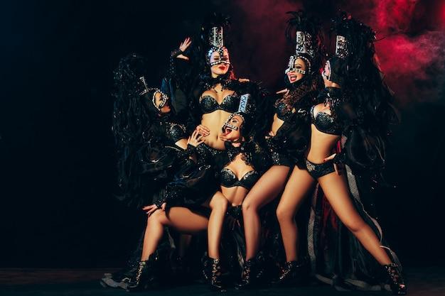 카니발 드레스 포즈와 함께 젊은 행복 웃는 아름 다운 여성 댄서의 그룹