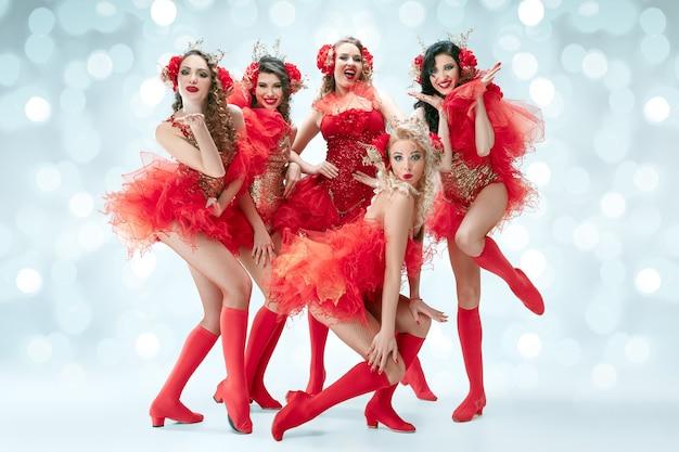 카니발 드레스와 함께 젊은 행복 웃는 아름다운 여성 댄서의 그룹
