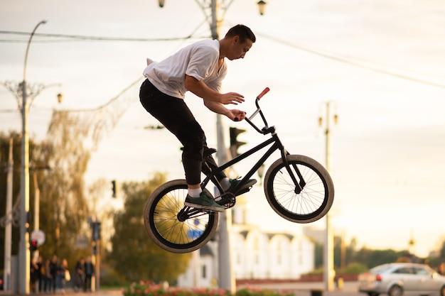 Парень в воздухе на велосипеде bmx. для любых целей.