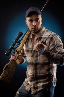 Парень в рубашке с винтовкой