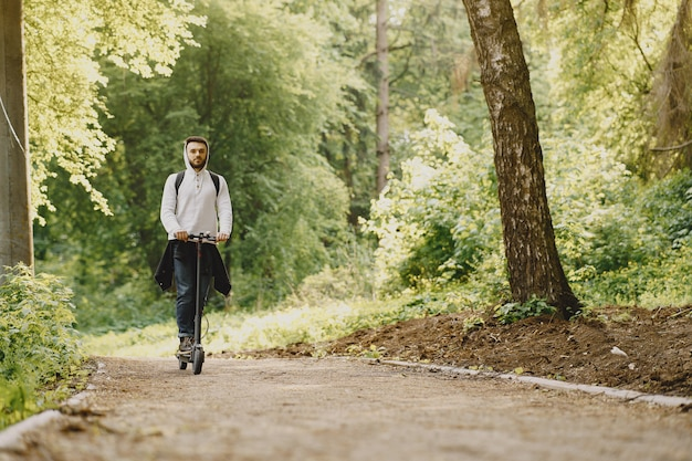 男は夏のpforestで電動スクーターに乗る