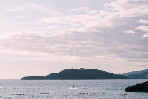 아드리아 해 부드 바 몬테네그로에서 전기 서핑을하다가 굴러 떨어지다
