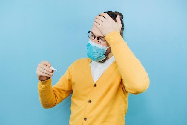 Парень с симптомами грит. мужчина с кашлем, головной болью, лихорадкой. симптомы коронавируса. covid 2019 эпидемия