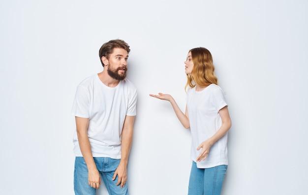 여자와 남자는 그의 손으로 제스처 재미 친구 감정 모델.
