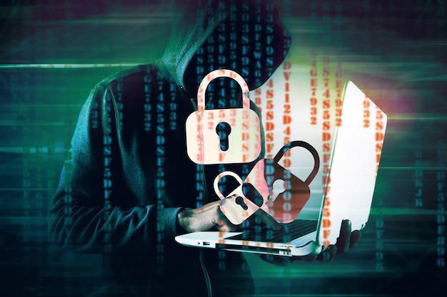 Хакер в капюшоне ломает замок
