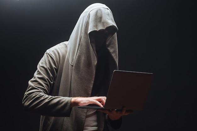 해커가 밤에 시스템을 해킹하고 있습니다.