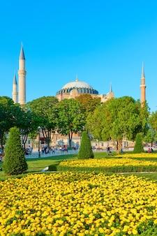 Собор святой софии в стамбуле и парк на площади султанахмет, турция