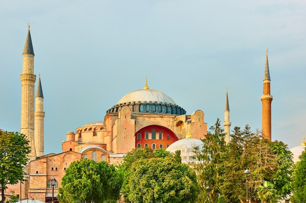 Мечеть святой софии в стамбуле вечером, турция. турецкая достопримечательность