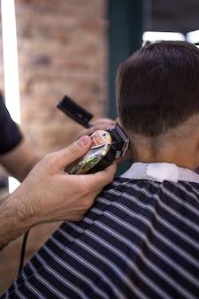 美容師は散髪をします。美容院のヘアスタイル
