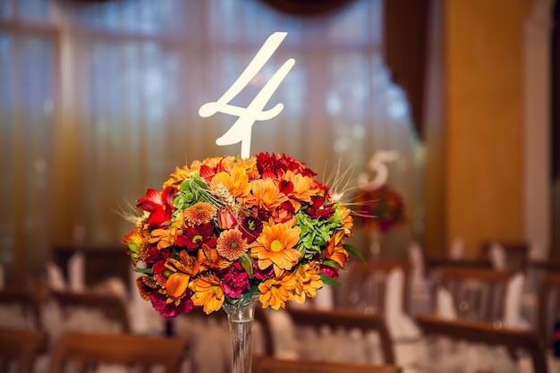 Зал в ресторане украшен цветами в осеннем стиле.