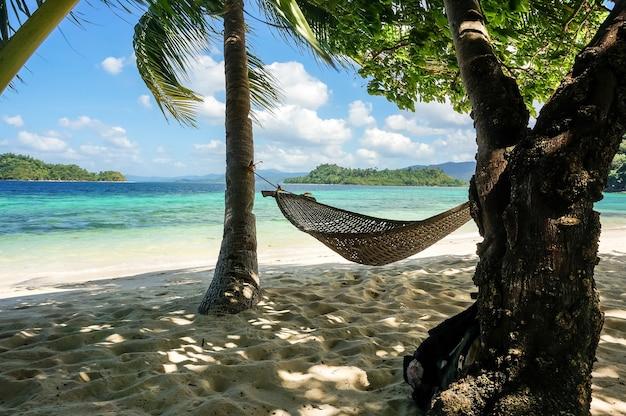 Гамак на острове парадайз на фоне моря на филиппинах