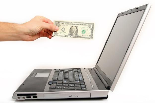 手はオンラインで買い物をするためにお金を払っています