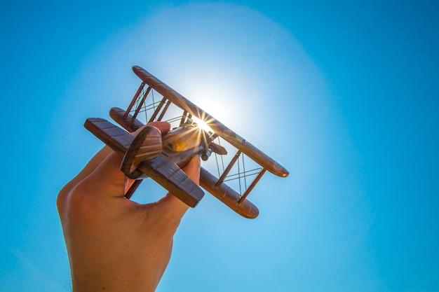 手は太陽の背景に木製の鉋を発射します