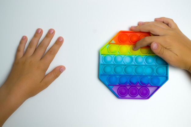 흰색 배경에 팝이 있는 소년의 손은 훌륭한 운동 기술의 발달