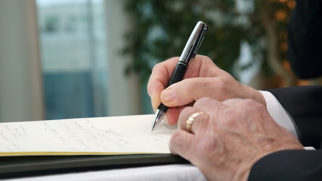 비즈니스 남자의 손은 펜으로 중요한 문서에 서명