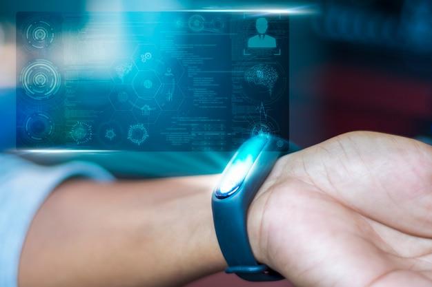 Рука человека, который использует инструмент для проверки и анализа массовой концентрации тела