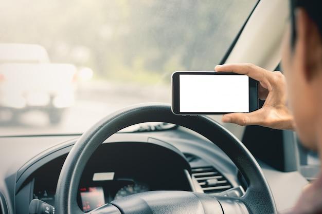 Рука мужчины используют смартфоны в автомобилях.