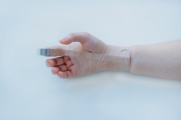 흰색 바탕에 팔 사고로 환자의 손.