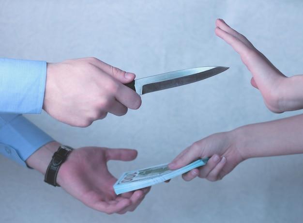 手は貯金を保管するためにお金を箱に入れます。