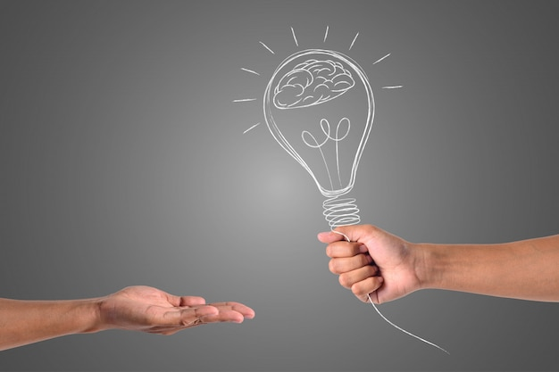 Рука, которая держит лампу, отправляется другой руке.