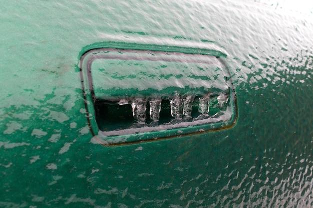 자동차 핸들이 얼어 있습니다.
