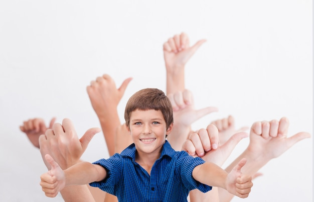 Руки подростков, показывая хорошо знаком на белом фоне. копировать космическое изображение. коллаж