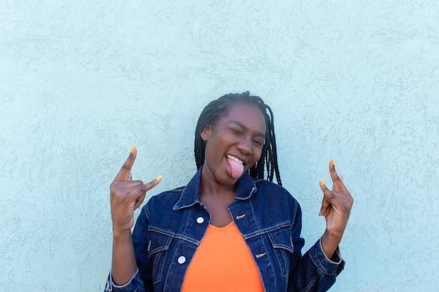 파란 벽에 행복 한 아프리카 계 미국인