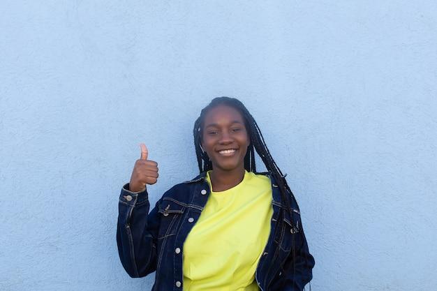 길거리에서 행복한 아프리카 계 미국인