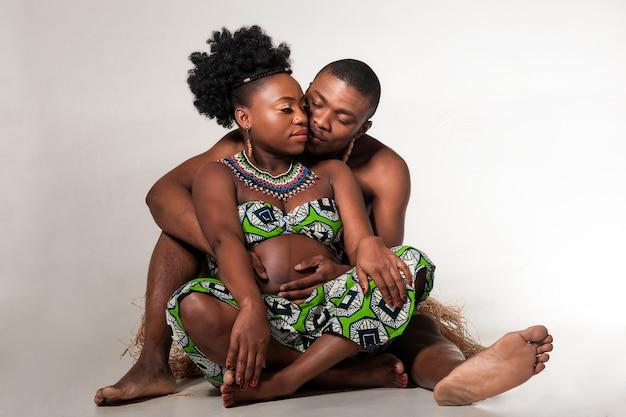 행복한 아프리카 계 미국인은 아기를 기다리고 있습니다