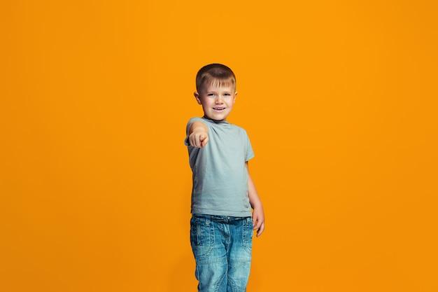 あなたを指している幸せな少年