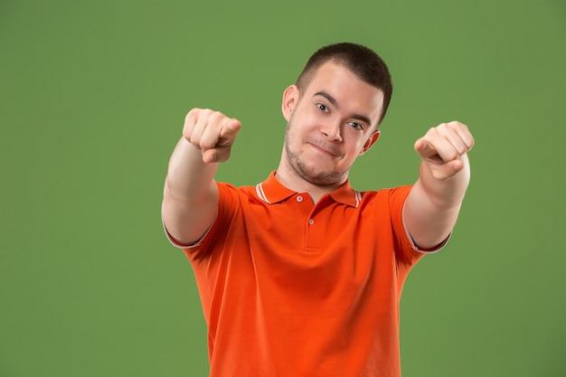Счастливый деловой человек указывает на вас и хочет, чтобы вы