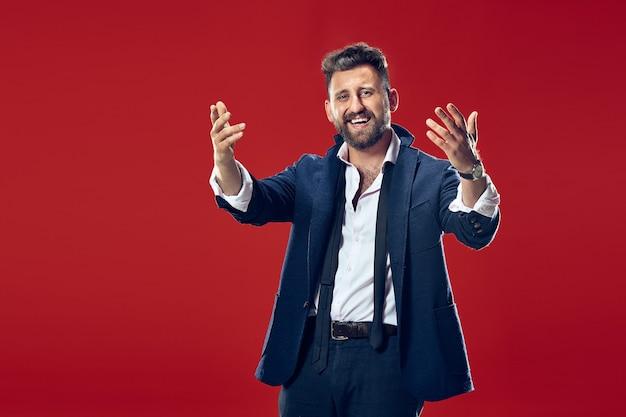 서서 붉은 벽에 웃고 행복 비즈니스 남자