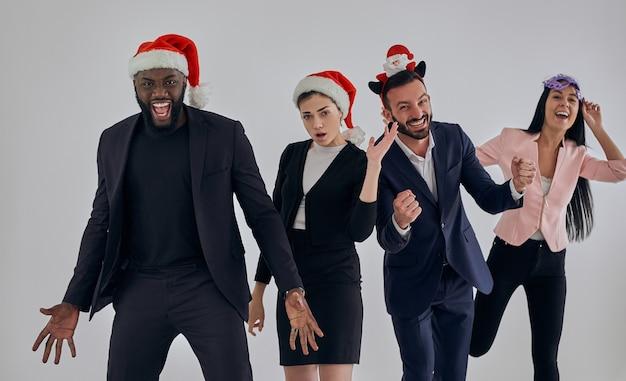 クリスマスを祝う幸せなビジネスマン