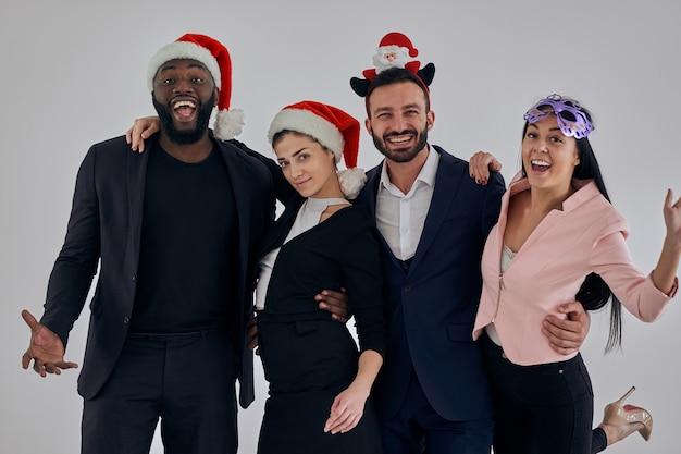 Счастливые деловые люди празднуют рождество