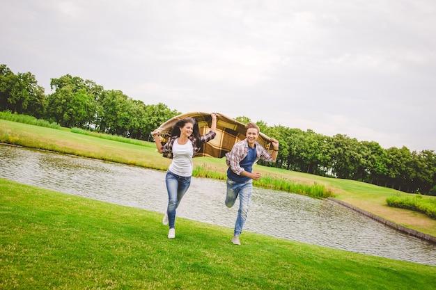 湖の近くを走っている幸せなカップル