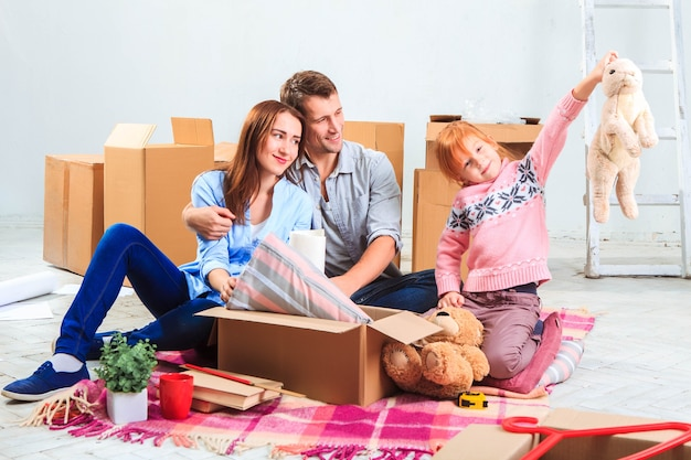 修理と移転で幸せな家族。箱の宿泊を計画している家族