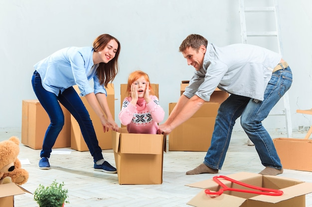 Счастливая семья во время ремонта и переезда